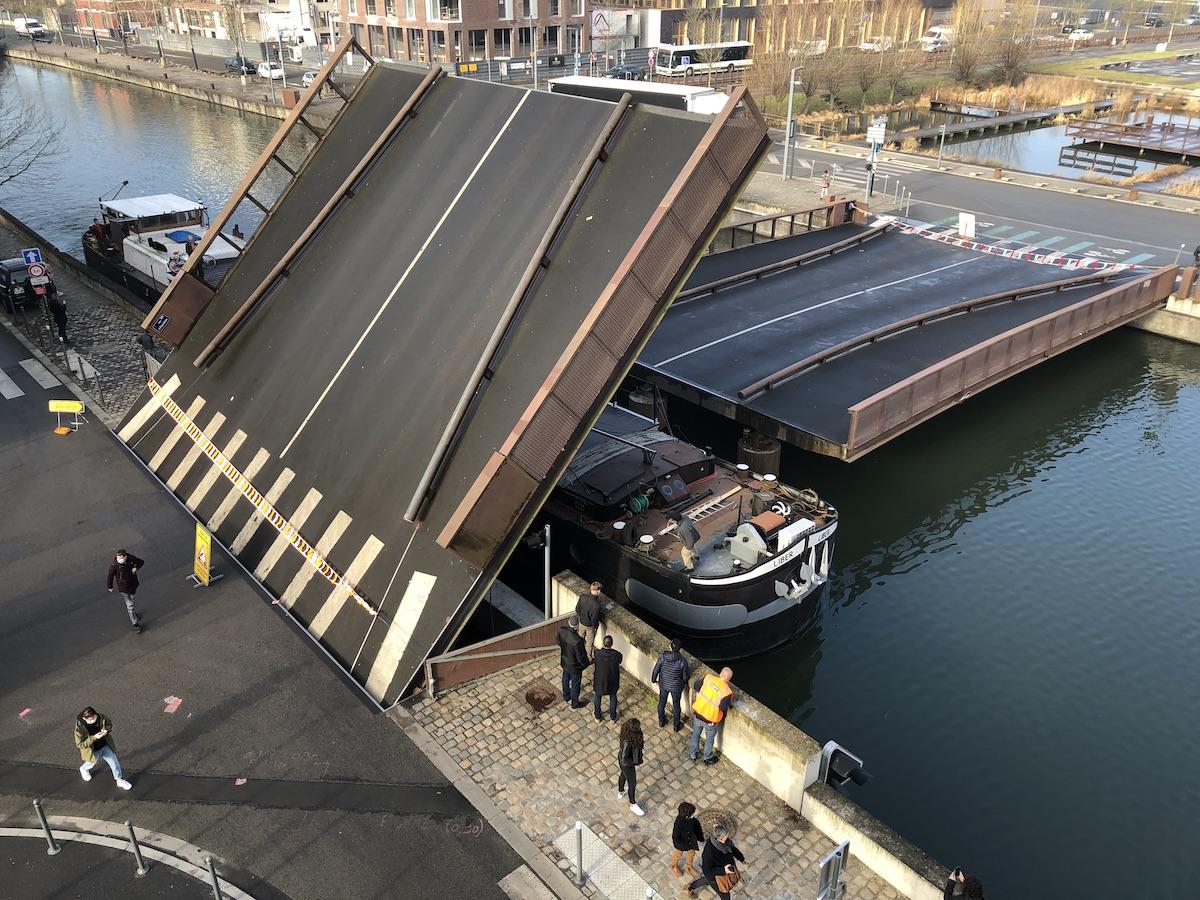 Passage - inopiné - d'une péniche sous le pont à fourchon, février 2021